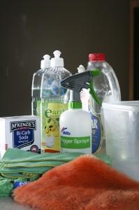 对食品的仓储区进行清洁与消毒工作时